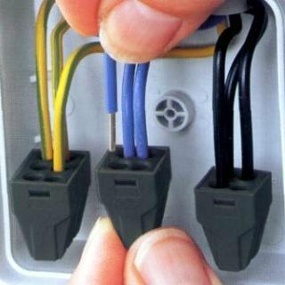 Подключение алюминиевых проводов к клеммам WAGO 773 внутри распределительной коробки.