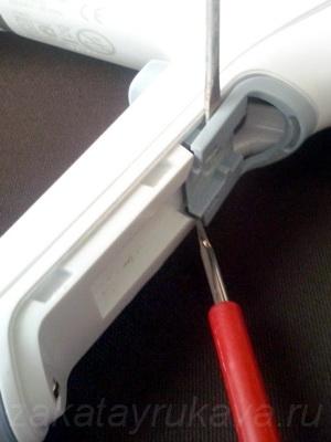 Отщелкиваем вторую пластмассовую накладку с помощью двух плоских отверток.