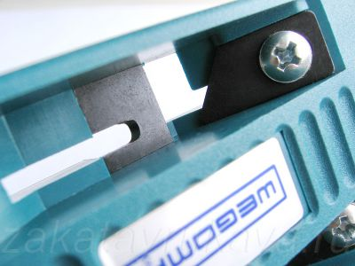 WEGOMA AU93 в разобранном виде. Регулировочный винт дополнительного ножа.