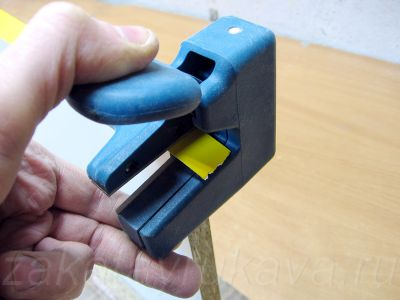 WEGOMA KG94. Инструмент готов к обрезке кромки, осталось нажать на рычаг.