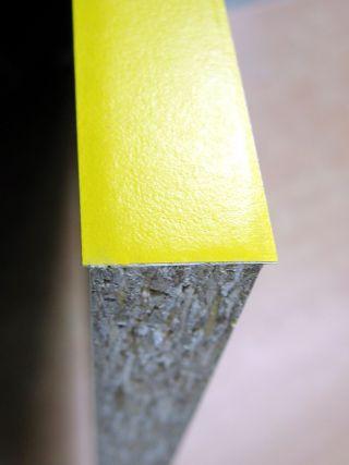 Меламиновая кромка, обрезанная инструментом WEGOMA KG94.