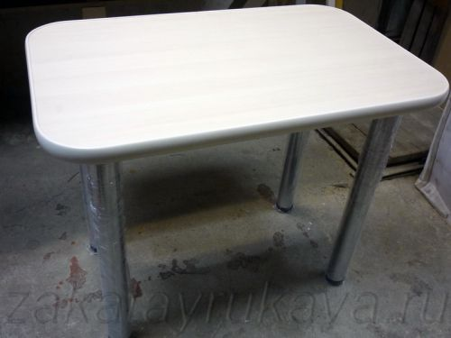 Кухонный стол с прямоугольной столешницей готов.