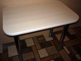 Кухонный стол прямоугольной формы с загругленными углами.