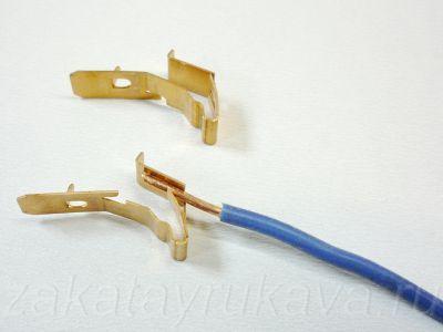 Плоскопружинные контакты патрона G13. На провод давит плоская пружина, одновременно удерживая его от выдергивания.