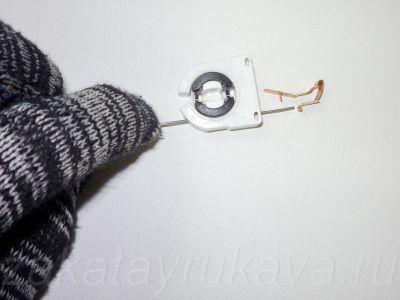 Площадка на плоском контакте, на которую нужно надавить для высвобождения провода.