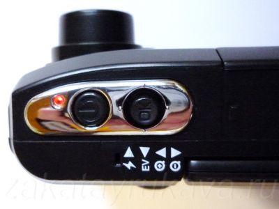 Вид сверху на элементы управления ParkCity DVR HD 520. Кнопка Power и рычажок джойстика.