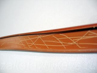 Накладной кант с царапинами на внутренней поверхности.