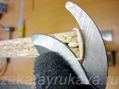 Обрезка канта секатором. Упорный резец плотно прижат к полукруглой поверхности канта, рабочее лезвие - к торцу ДСП.