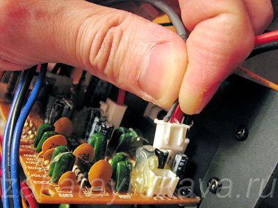 Отключаем штекеры удаляемой платы от платы усилителя мощности.