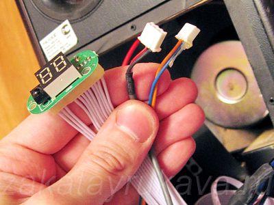 Открученная плата ИК-приёмника, отсоединенные аудио-кабель и кабель питания.