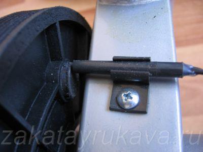 Постоянный магнит на ведущем колесе и магнитный датчик оборотов.