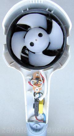 Фен Rowenta CV 4030 после снятия крышки на ручке фена. Видны пропеллер и переключатель режимов SW1, кнопка SB1, конденсатор C1.