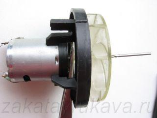 Снимаем крыльчатку с двигателя фена Интерскол ФЭ-2000. Используем пинцет и сверло диаметром 2 мм.