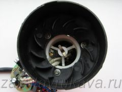 Нагревательный элемент фена Интерскол ФЭ-2000 со стороны крыльчатки. В глубине виден термопредохранитель (желтая точка).