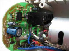 Плата с электроникой фена Интерскол ФЭ-2000. Виден черный радиатор симистора.
