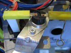 Один из двух термостатов микроволновой печи Panasonic NN-G335WF.