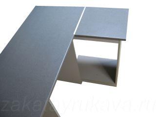 Столешницы соединены под 90 градусов с применением соединительной планки.