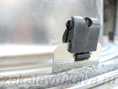 Пластиковое (не цельнометаллическое) крепление мойки. Часть крепления, устанавливаемая на мойку.