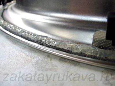 Нанесение герметика на уплотнитель. Ровной полоской, без разрывов.