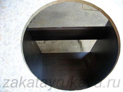 Вырез под мойку выполнен, внутренняя часть столешницы извлечена. Небольшая криволинейность линии пропила значения не имеет.