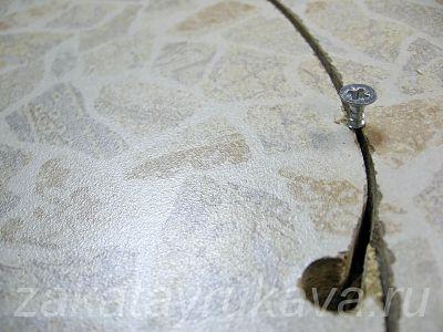 Вырез под мойку выполнен, внутренняя часть столешницы держится на саморезах. Саморез и отверстие крупным планом.
