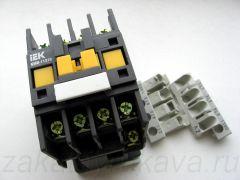 Контактор ИЕК КМИ-11210. Снимаем декоративно-защитные накладки.