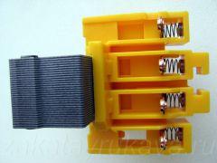 Контактор ИЕК КМИ-11210. Подвижная часть сердечника с подпружиненными контактами.