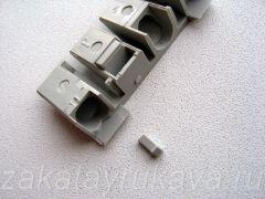 Контактор ИЕК КМИ-11210. Снимаем декоративно-защитные накладки. Хрупкая пластмасса легко ломается.